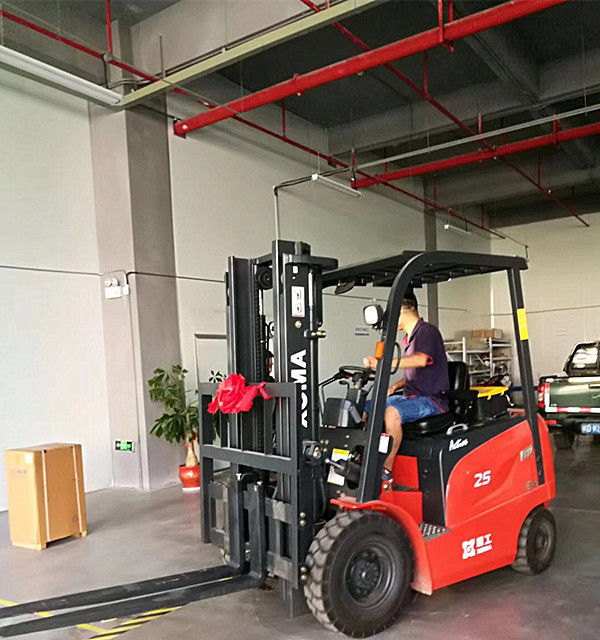 Four Wheel Electric Forklift Truck 3 Stage Free Lifting Mast 2.5 Ton Capacity